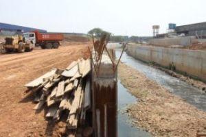 Parte do ribeirão dos Couros será canalizada e no local está sendo construída avenida marginal. Foto: Andris Bovo