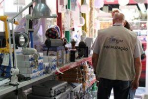 Agentes do Ipem fazem fiscalização em lojas de presentes. Foto: Divulgação
