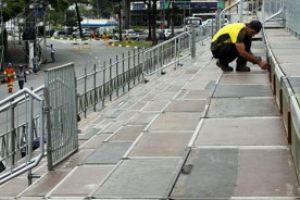 Arquibancadas na avenida Firestone receberam últimos retoques nesta sexta-feira. Foto: Andris Bovo