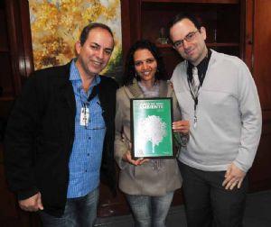 O Diretor Administrativo Reginaldo Toledo, com Ecimara dos Santos Silva e o superintendente do Nardini, Dr. Morris Pimenta e Souza. Crédito: FUABC