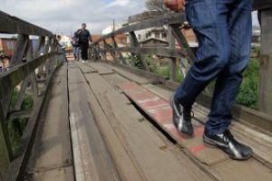 Ponte de madeira sobre o ribeirão dos Meninos oferece risco a quem a utiliza para evitar andar mais de dois quilômetros. Foto: ABCD Maior