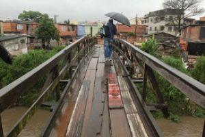 Como solução, a Secretaria de Obras optou por construir uma ponte metálica, que poderá ser desmontada e removida antes das obras da linha 18 Foto: Rodrigo Pinto
