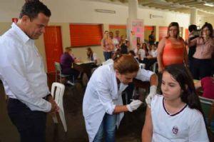 Prefeito Donisete Braga acompanhou vacinação em escolas públicas nesta quarta-feira (12). Crédito: Gil Sobrinho
