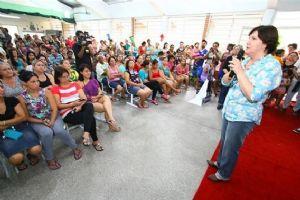 Pais e alunos lotaram a Escola Municipal Chico Mendes para receber os kits. Foto: Roberto Mourão/PM