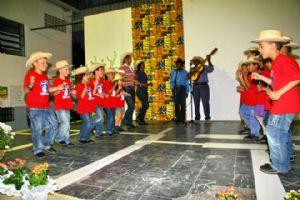 A Catira é uma dança rural cuja coreografia é acompanhada de sapateadores e batedores de palma. Crédito: Evandro Oliveira