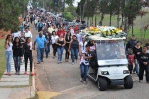 Familiares e amigos acompanharam o enterro. Foto: Edu Guimarães