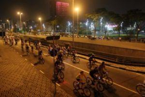 Santo André realiza toda segunda-feira pedalada noturna, onde ciclistas enfrentam o trânsito do começo da noite por 17 km. Foto: Rodrigo Pinto