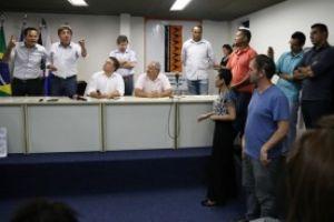 Ao lado de Grana, Donisete se irrita com acusação de manifestante. Foto: Andris Bovo
