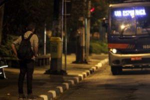 Passageiros que precisam de ônibus para se locomover à noite no ABCD enfrentam longas esperam entre viagens. Foto: Rodrigo Pinto