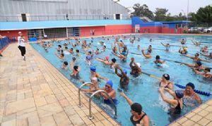 Cerca de 500 pessoas frequentam a piscina nos fins de semana. Crédito: PMM
