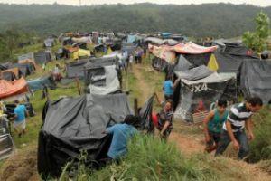 Ocupação, que fica às margens do anel viário, começou com 500 barracas e já quadruplicou, de acordo com o movimento. Foto: Rodrigo Pinto