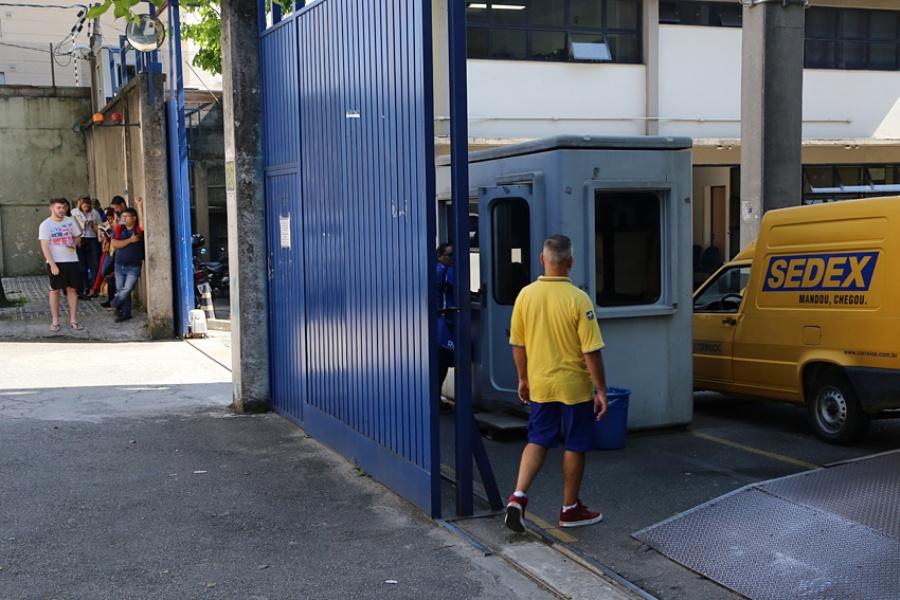 Centro de Distribuição dos Correios no Bairro Jardim, em Santo André: filas e demora que chegou a 10 horas para retirar produto comprado um mês antes. Foto: Andris Bovo