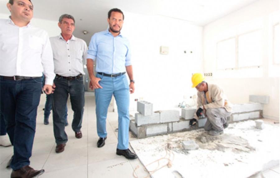O prefeito Donisete Braga, durante a vistoria junto com as equipes das secretarias de Saúde e Obras. Crédito: Rodrigo Zerneri