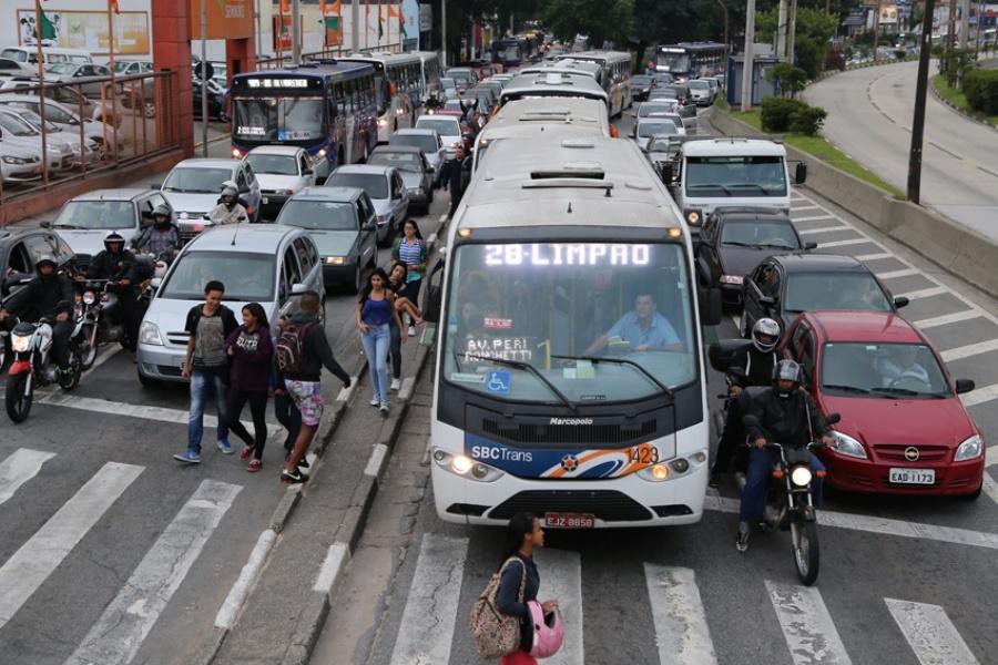 Pela nova lei, passageiros podem solicitar paradas fora dos pontos entre 22h e 5h da manhã. Foto: Andris Bovo