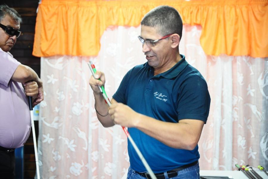 Montagem e confecção são feitos por deficientes visuais que participam da Amadevi. Foto: Divulgação