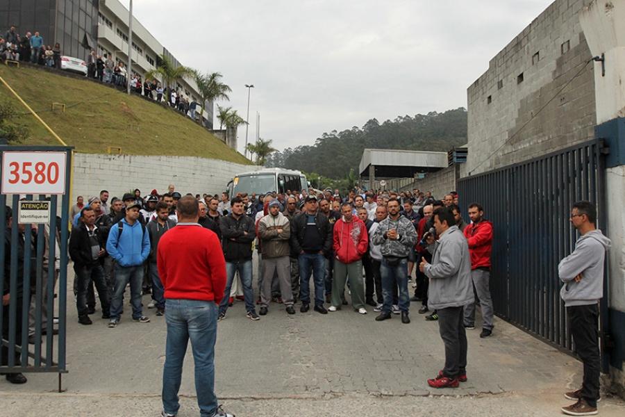 Os trabalhadores realizaram novo ato em frente à empresa nesta quarta-feira. Foto: Rodrigo Pinto