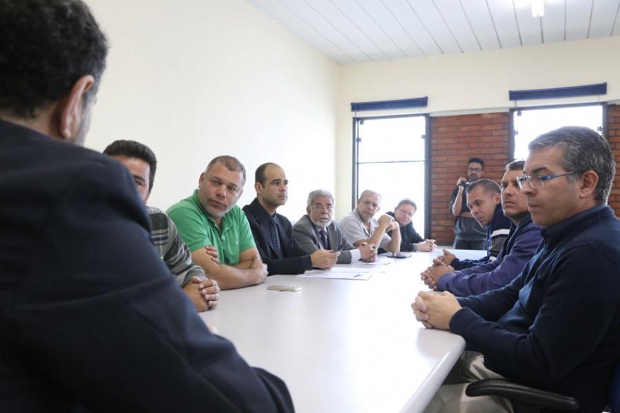 A mesa-redonda reuniu representantes do sindicato e da empresa, junto com o gerente regional do trabalho de Santo André. Foto: Andris Bovo