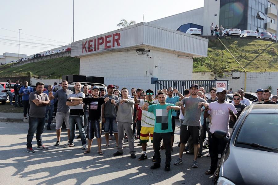 Parte dos trabalhadores foram notificados em frente à fábrica e os demais receberão telegrama com a notificação da demissão. Foto: Andréa Iseki