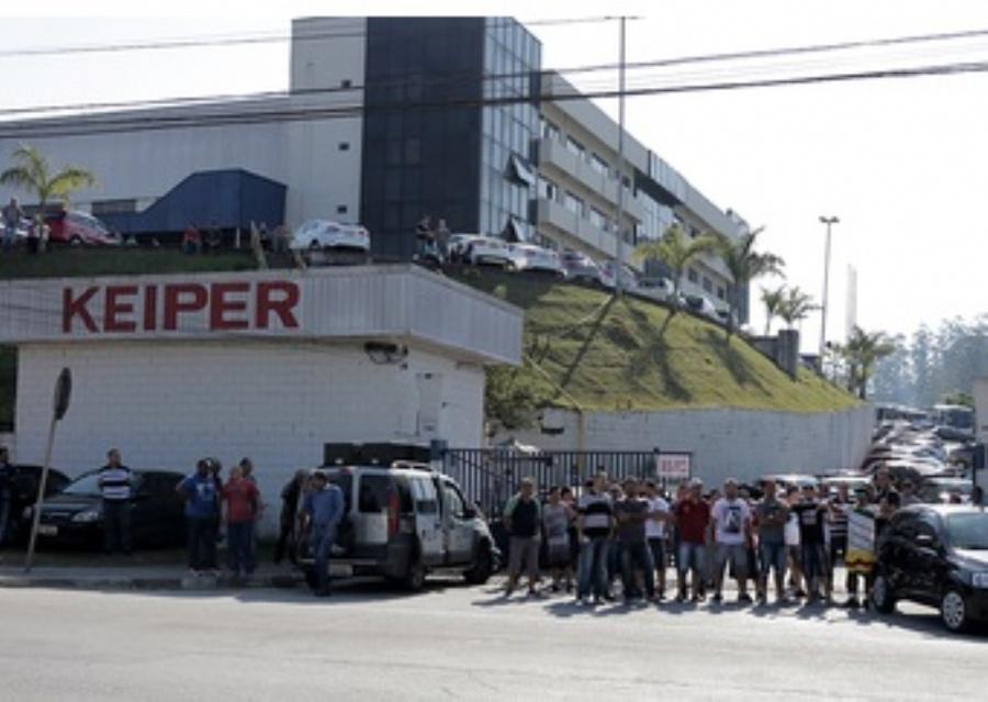 Trabalhadores da Keiper se concentram na porta da fábrica durante as negociações. Foto: Andréa Iseki