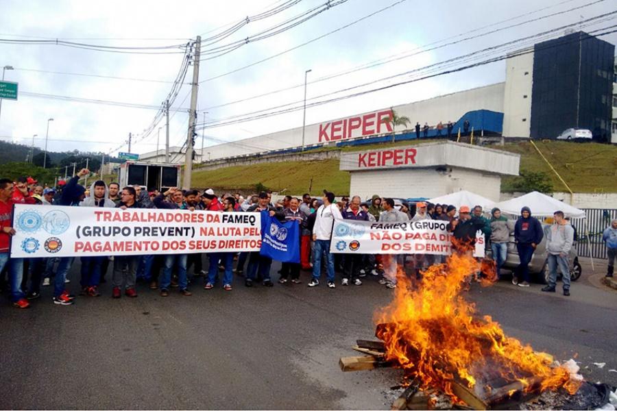 Os trabalhadores cobram os pagamentos rescisórios interrompidos há duas semanas. / Foto: Divulgação