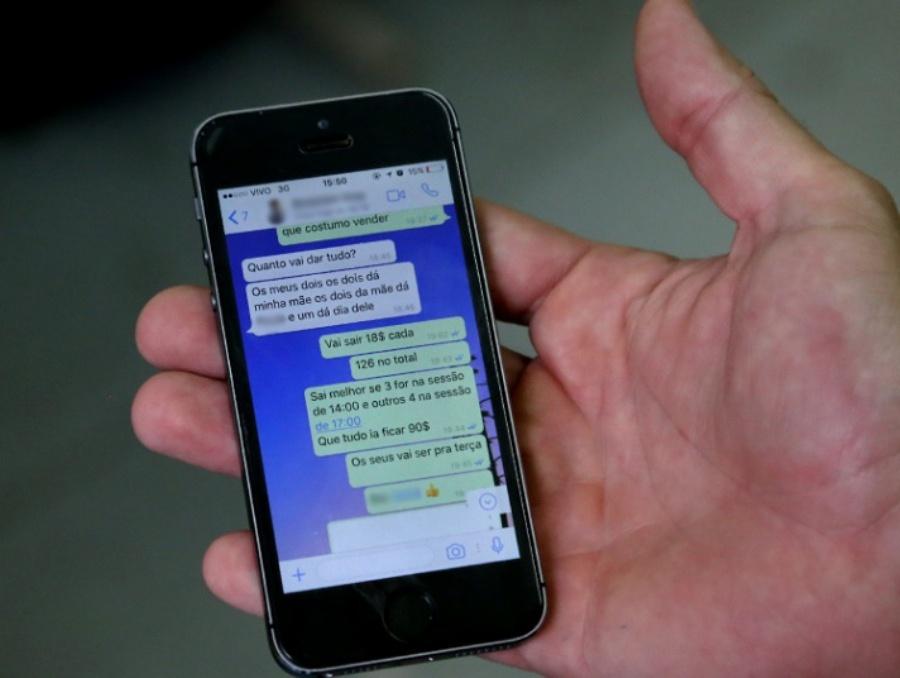 Celular do rapaz continha inúmeras mensagens de clientes interessados na compra dos bilhetes falsificados para cinema. Foto: Andris Bovo