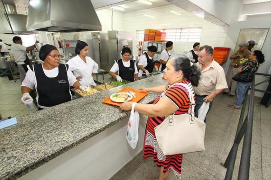 Os pratos oferecidos são ela0borados por nutricionistas da Secretaria de Segurança Alimentar. Foto: Evandro Oliveira/ PM