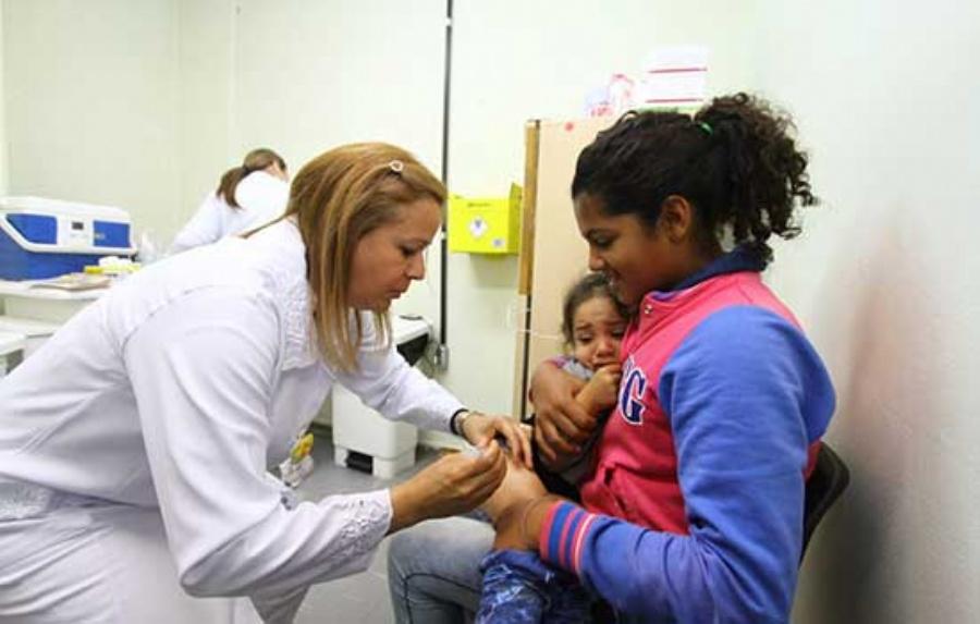 É preciso levar carteira de vacinação e RG a um dos 23 postos da cidade para receber imunização. Crédito: Roberto Mourão