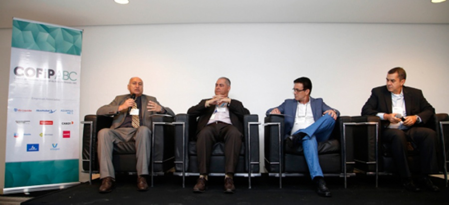 Fernando Figueiredo (à esq.), presidente executivo da Abiquim, mediou mesa-redonda sobre o papel da alta liderança na segurança industrial. Crédito: Divulgação