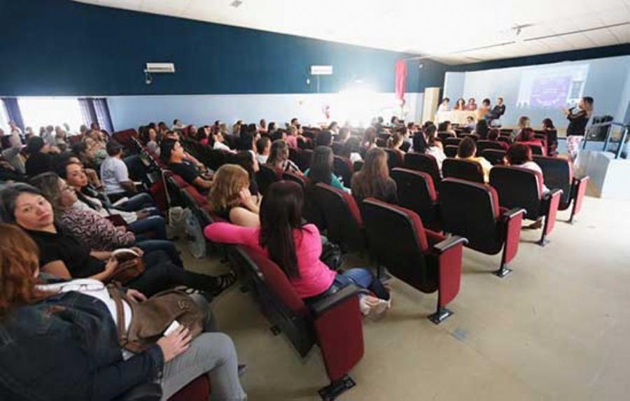 Os profissionais participaram do evento em rede no Centro de Formação de Professores Miguel Arraes, na região central da cidade, e também na Escola Municipal Terezinha Leardini, no Jardim Zaíra. Crédito: Caio Arruda/PMM