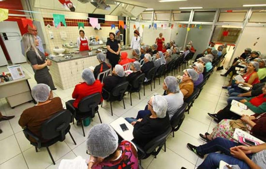 Na segunda-feira (16/10) será feita uma oficina sobre bolos em pote para ajudar famílias a aumentar renda. Crédito: Roberto Mourão/PMM