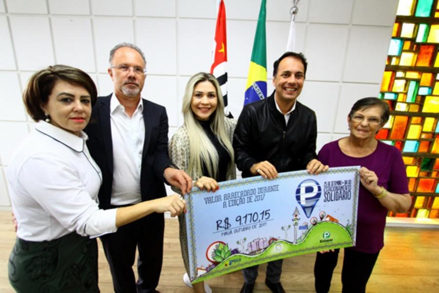 Entrega de cheque foi feita nesta segunda-feira à entidade. Crédito: Roberto Mourão/PMM