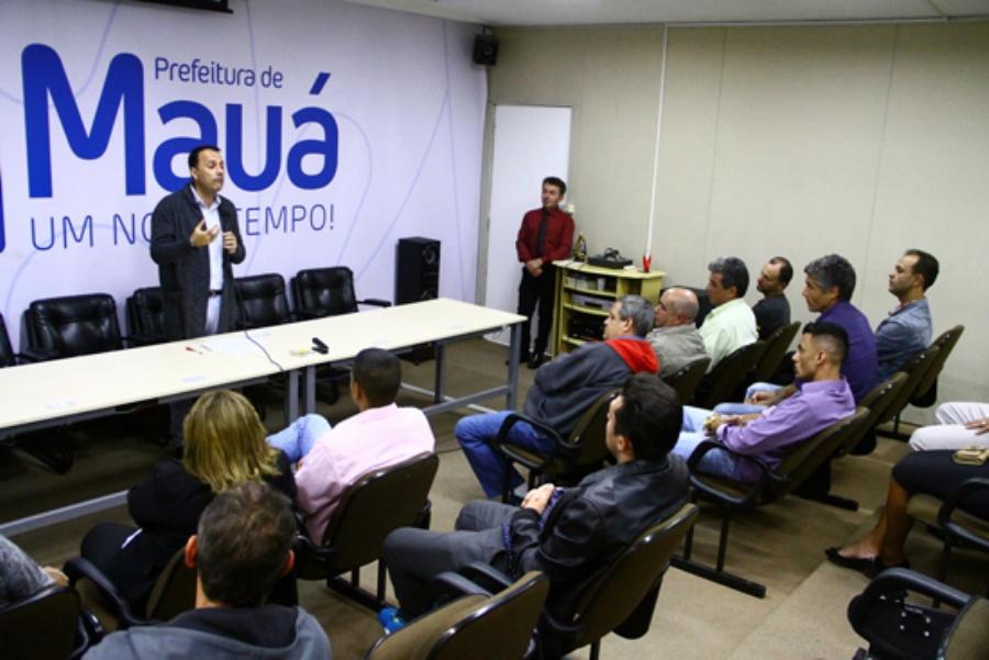 Prefeito Atila Jacomussi recebeu representantes do terceiro setor em seu gabinete. Crédito: Roberto Mourão/PMM