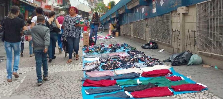 Com fiscalização falha, ambulantes irregulares retomam as atividades nas calçadas de áreas centrais. Foto: Denis Maciel/DGABC
