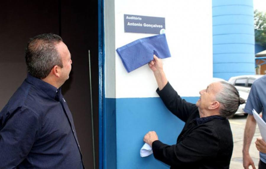 SAMA oficializa homenagem a funcionário Toninho com mudança de nome da Sala de Treinamento  Crédito: divulgação-SAMA