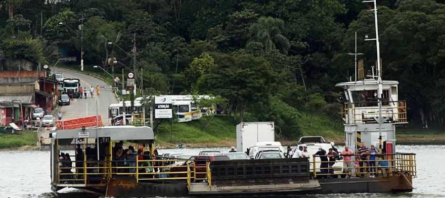 Alvo de críticas, embarcação de travessia no Riacho Grande, em S.Bernardo, comportará até 40 veículos. Foto: André Henriques/DGABC