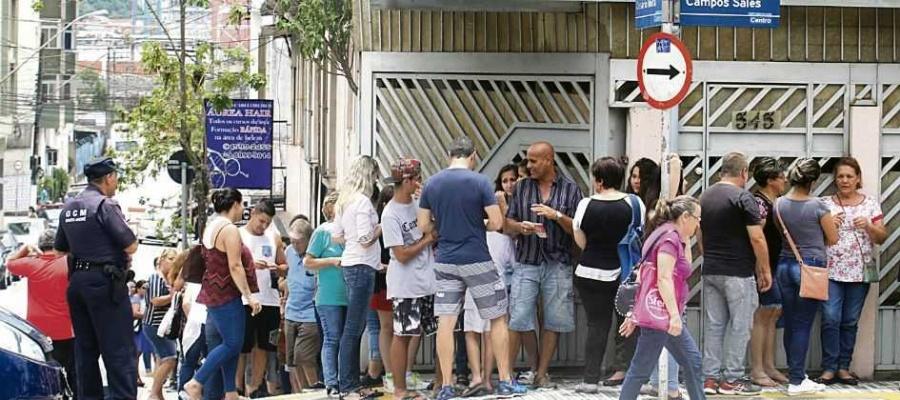 Anúncio de campanha de imunização contra a febre amarela, a partir do dia 3, não diminui filas. Foto: Nario Barbosa/DGABC