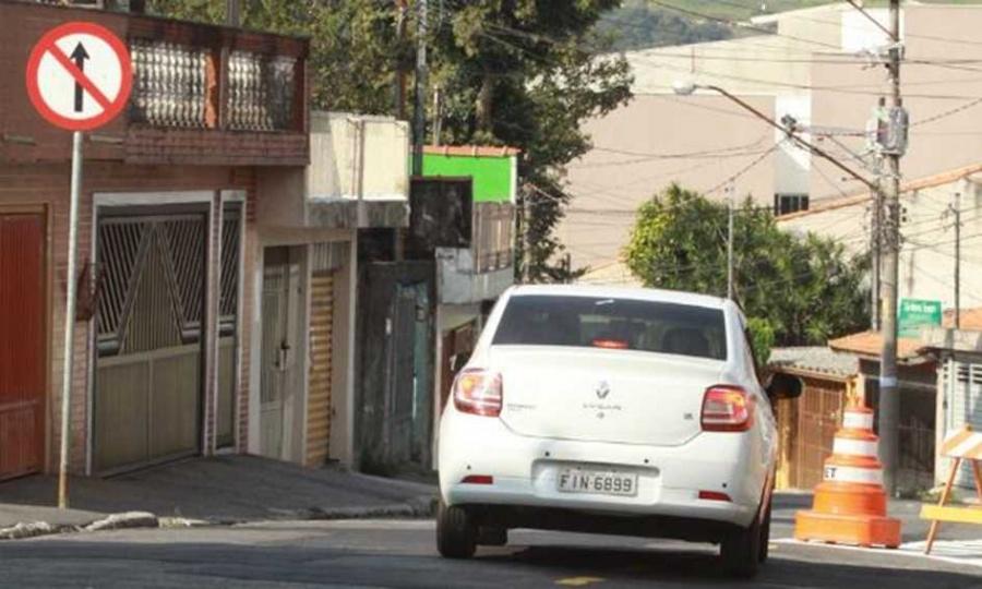 Sinalização que altera sentido da Rua Guapira, em Sto.André, tem provocado polêmica. Foto: André Henriques/DGABC