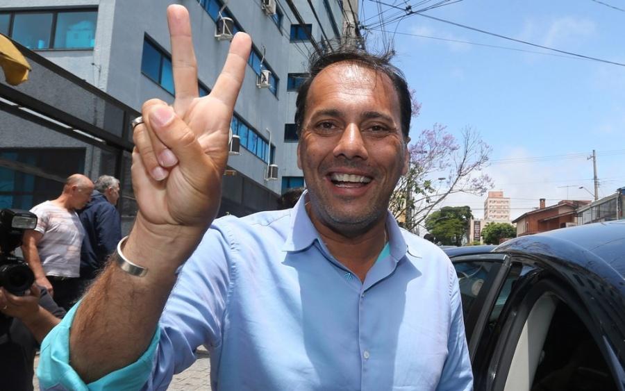Átila Jacomussi (PSB) mostrou confiança ao votar no segundo turno em Mauá (Foto: Nilton Fukuda/Estadão Conteúdo)