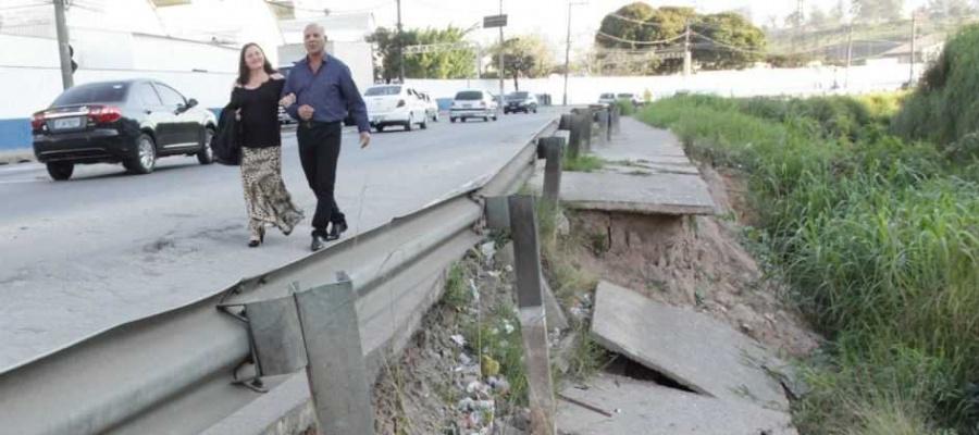 Buraco que se abriu ao lado do Rio Tamanduateí, no Centro, mede entre cinco e sete metros. Foto: Claudinei Plaza/DGABC