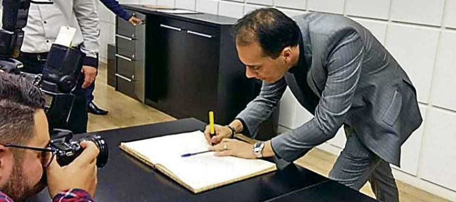 Em ato no gabinete, socialista reassumiu cargo à frente do Paço, sem presença de Alaíde Damo. Foto: Divulgação