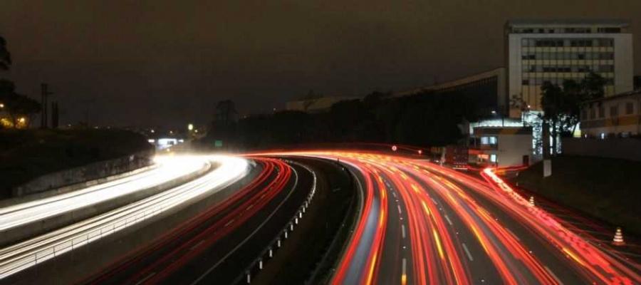 Postes de luz, removidos para obras entre o km 18 e o km 23, serão recolocados apenas em outubro. Foto: Celso Luiz/DGABC